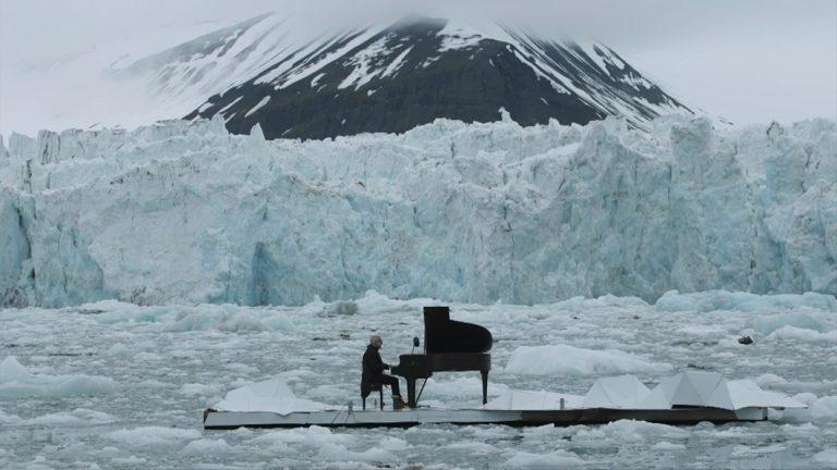 Pianista toca em plataforma flutuante em meio o Ártico para alertar sobre mudanças climáticas